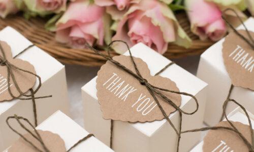 Man kann auch in kleine Geschenke Dinge integrieren, die den Gästen in kleinen Notfällen helfen